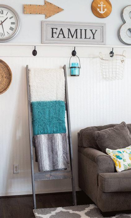 Стеллаж из старой лестницы — оригинальное и бюджетное решение, которое позволит разместить множество полотенец и станет необычным украшением помещения.