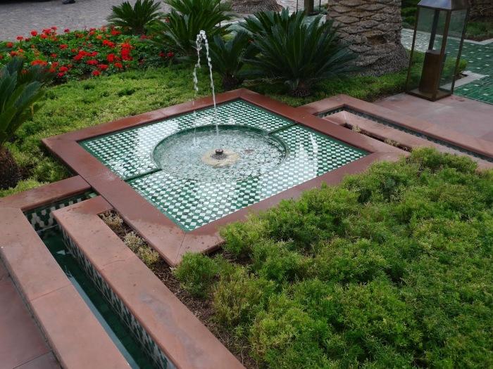 Современная интерпретация фонтана в римском стиле, который выглядит оригинально.