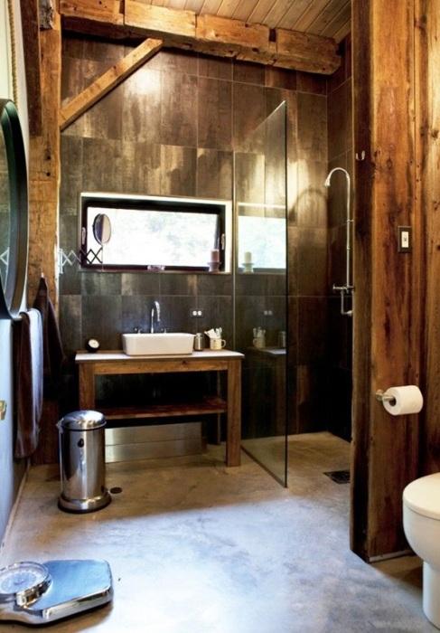 Основа экостиля в современной ванной комнате – это натуральные материалы, нейтральная цветовая гамма и фактурная отделка, имитирующая природные поверхности.