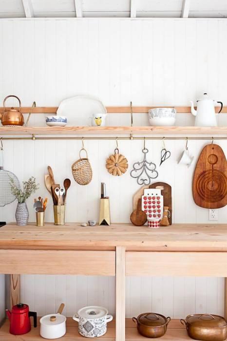 Если в готовой кухонной мебели не хватает места для хранения, то решить проблему помогут классические навесные полки.
