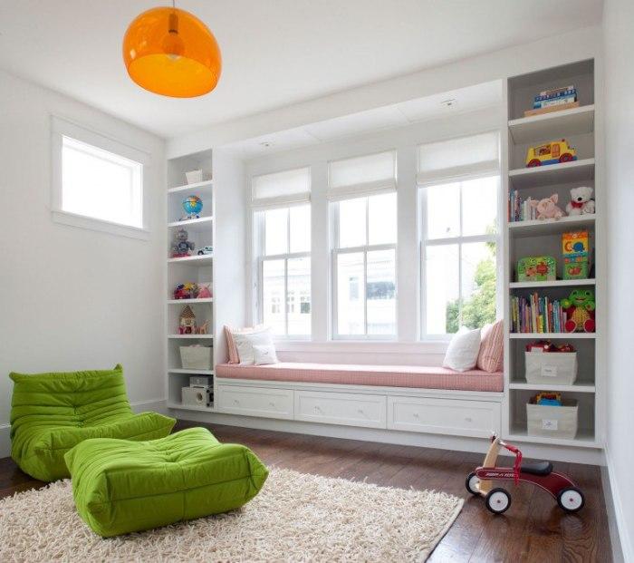 Дефицит квадратных метров – это частая проблема малогабаритных квартир, которую можно решить с помощью стеллажа, установленного у окна.