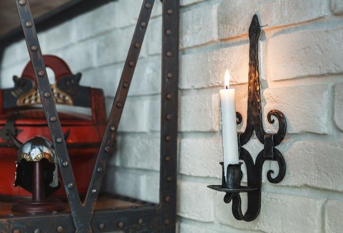 Настенный подсвечник - немаловажный элемент в оформлении жилого помещения в классическом стиле.
