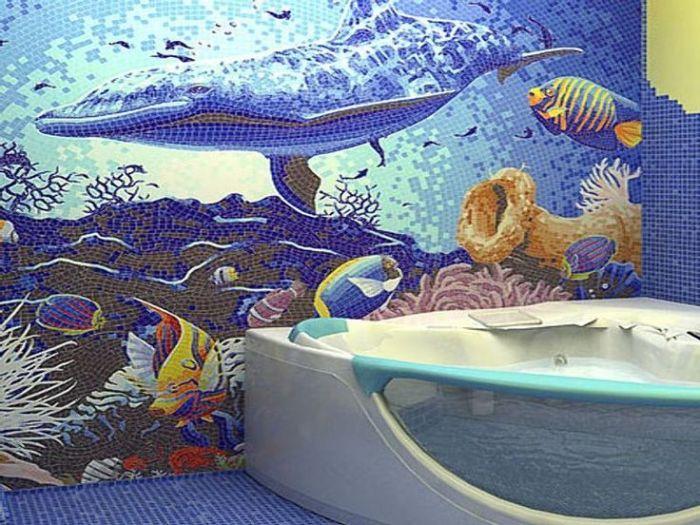 Морская тематика в ванной комнате с необычной мозаичной отделкой.