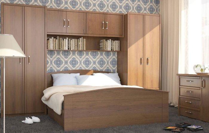 Классическая модульная стенка, подобранная с учетом дизайна спальной комнаты.