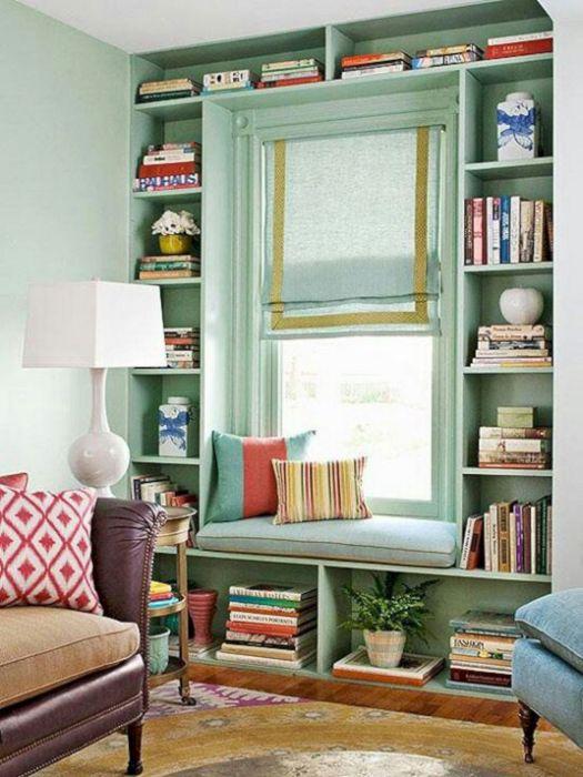 Уютное местечко на подоконнике, которое станет отличным местом для чтения.