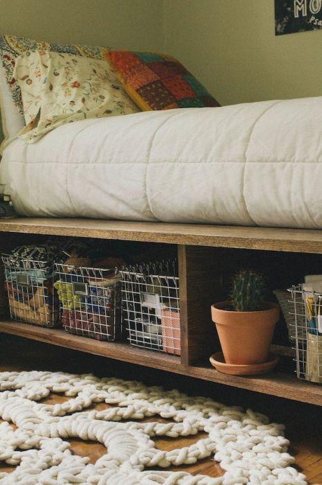 Место для хранения старых вещей под кроватью можно легко сделать своими руками.