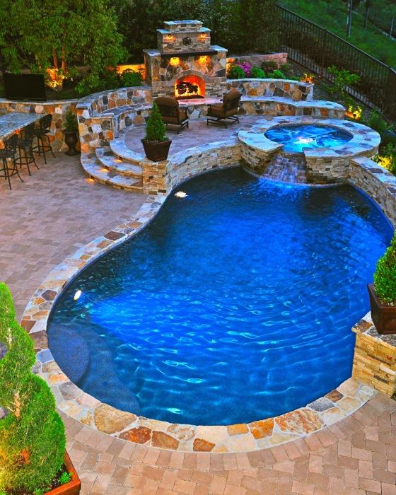 Отличный гидромассажный спа, пристроенный к плавательному бассейну и декорированный натуральным камнем.