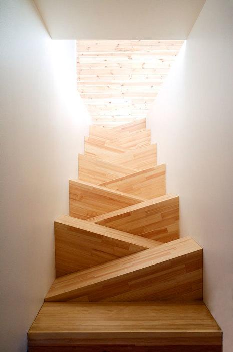 Лестница необычной формы, по которой стоит спускаться предельно аккуратно.