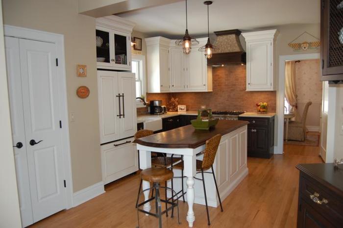 Количество светлого и коричневого можно регулировать в зависимости от существующей на кухне цветовой палитры. На фото прекрасный пример оформления небольшой кухни, которая выглядит аккуратно и привлекательно.