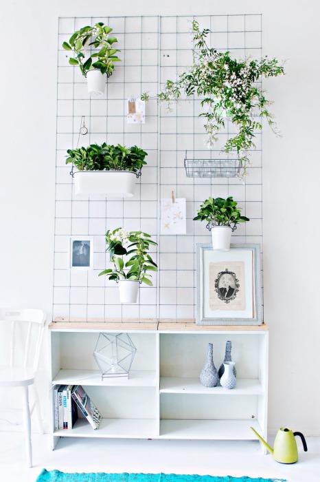 Обычная старая металлическая решётка может стать оригинальным основанием для вертикального мини-сада, в котором можно разместить горшки с комнатными растениями и цветами.
