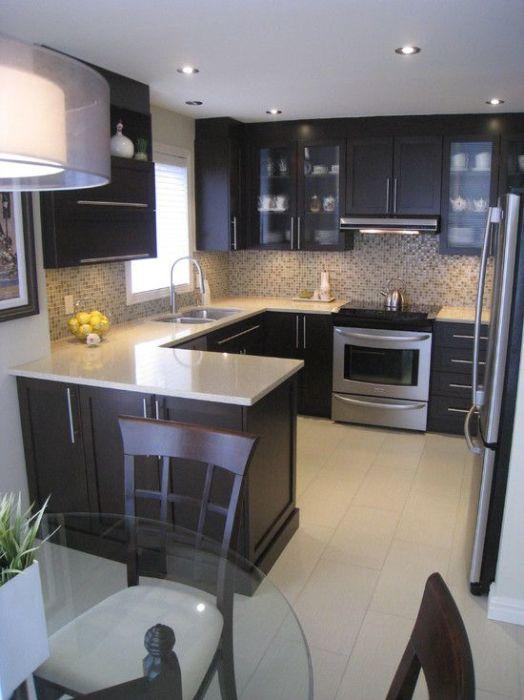 Светлые и, как заведено, черные цветовые сочетания в помещении кухни.