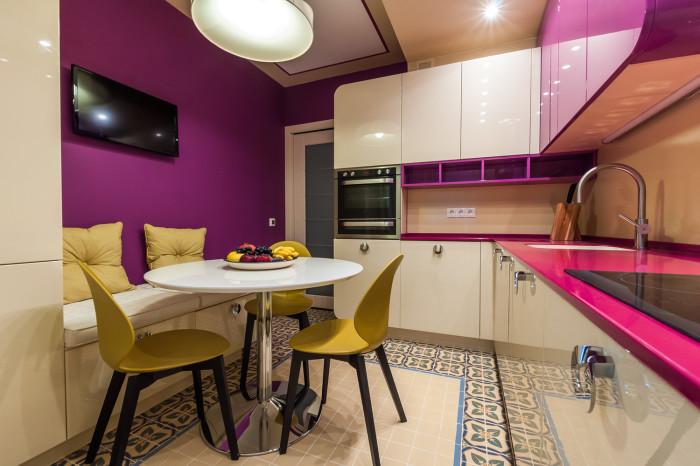Кухонный уголок, который состоит из светлого дивана для двоих, классического круглого столика и оригинальных стульев жёлтого оттенка - замечательное решение для небольшой кухни.