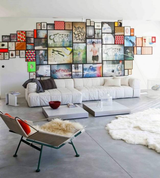 Светлая гостиная комната с яркой контрастной галереей картин и фотографий.