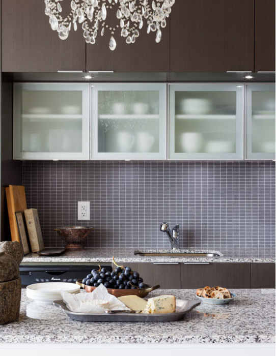 Надёжный способ сделать интерьер тёмной кухни более уютным – добавить в оформление мозаичную плитку небольших размеров.