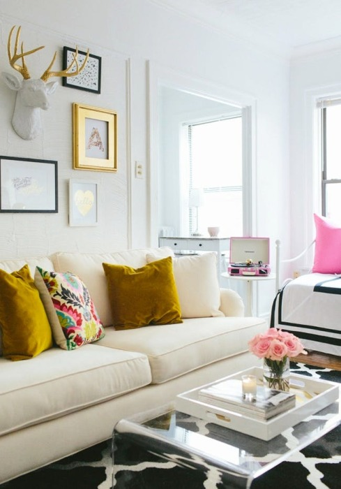 Существует целый ряд негласных правил по обустройству маленькой гостиной комнаты, начиная от выбора цветовой гаммы и заканчивая размещением декоративных элементов.