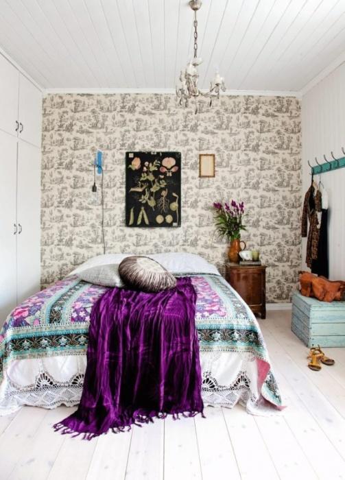 Акцентные пятна на фоне светлой цветовой гаммы в интерьере спальной комнаты.