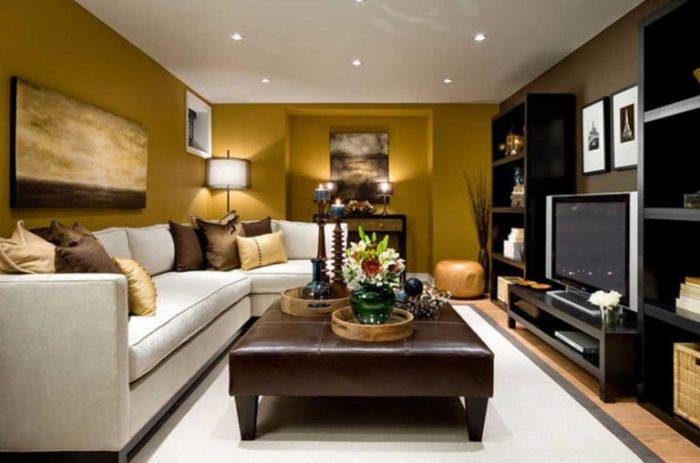 Правильно подобранное освещение и оригинальная цветовая палитра в современном интерьере гостиной комнаты.