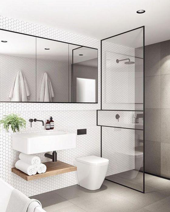 Ванная комната, в которой акцентная стена прилегает к душевой кабинке, и смотрится современно и интересно.