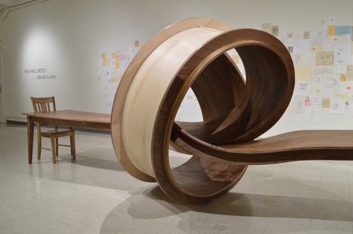 Деревянный стол причудливой формы для настоящих любителей всего необычного.