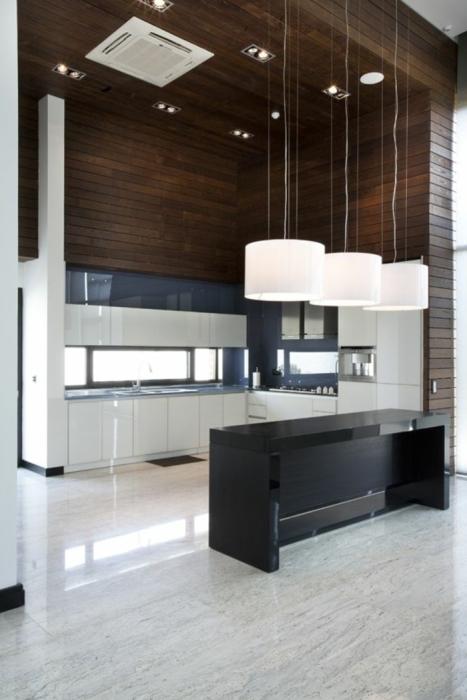 Просторная кухня в современном стиле с применением хай-тек технологий.