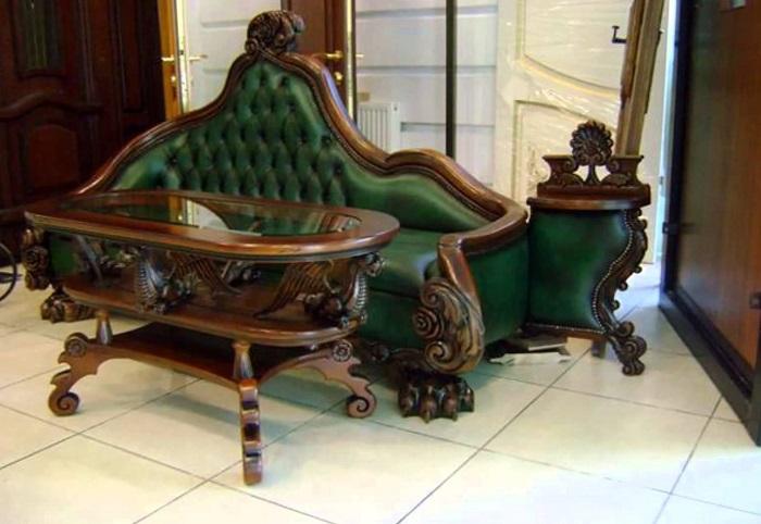 Деревянный столик с небольшим диванчиком в классическом аристократическом стиле.