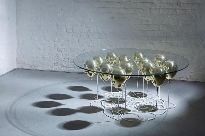 Бюджетный и весьма оригинальный столик для современной гостиной.