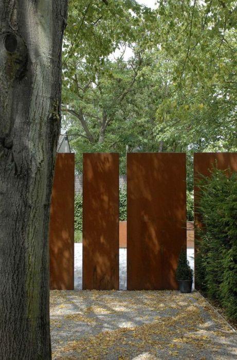 Забор из натуральных массивов древесины достаточно популярен и впишется в любой ландшафтный дизайн.