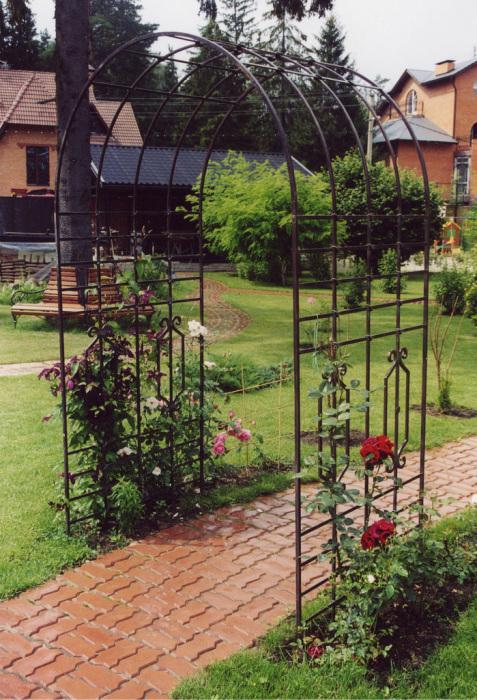 Кованая металлическая арка - долговечная и прочная конструкция.