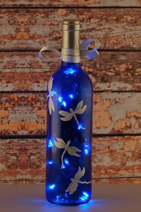 Гирлянда в обычной стеклянной бутылки – отличное украшение на Новый год.