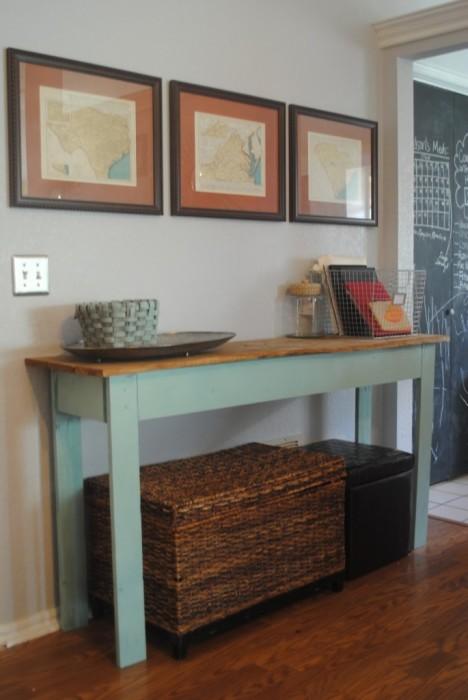 Старый деревянный стол отлично впишется в современный интерьер прихожей.