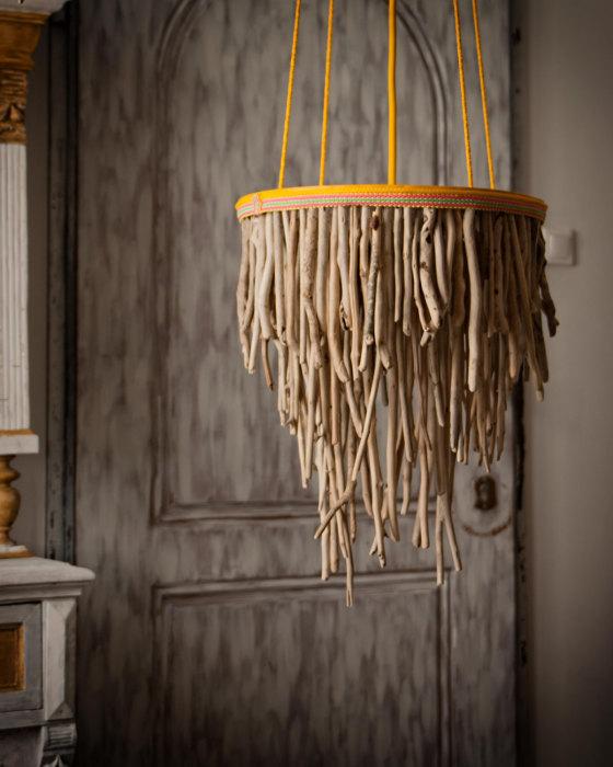 Лампа из веток в стиле кантри позволит создать уют и прикоснутся к природе.