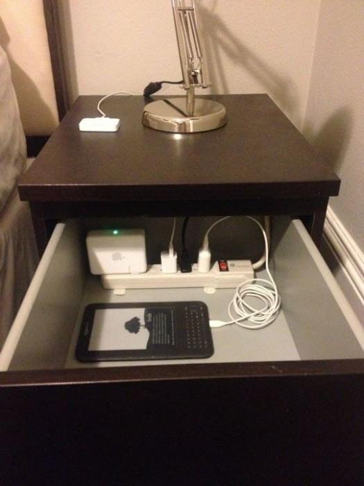 Спрятанный в шкафу удлинитель позволит навсегда решить вопрос с разбросанными проводами и зарядными устройствами.