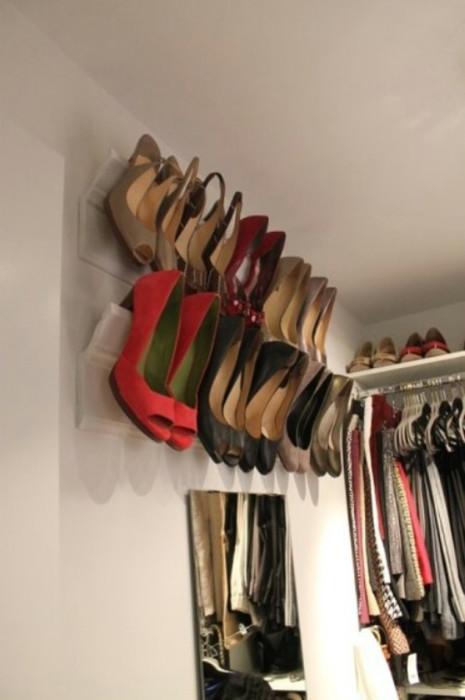 Настенная полка традиционной конструкции для повседневной обуви.