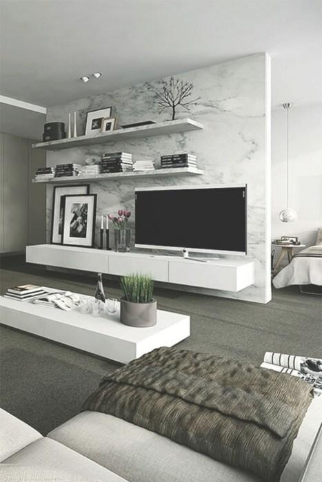 Стенка, прилегающая к зоне для просмотра телевизора, которая имитируют мрамор в современном интерьере гостиной комнаты.
