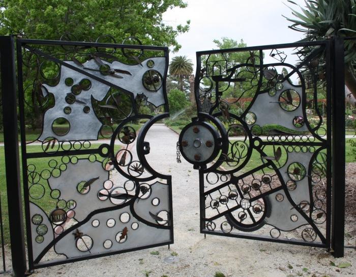 Очень необычный дизайн классических металлических ворот.