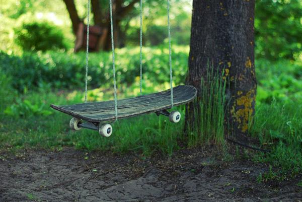 Старый скейтборд может послужить отличным основанием для качелей.