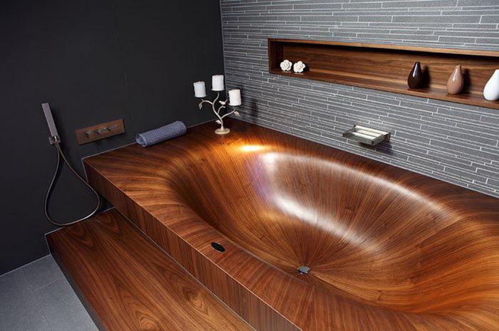 Деревянная ванна как из светлого, так и из темного дерева прекрасно подходит для дизайна современной ванной комнаты.