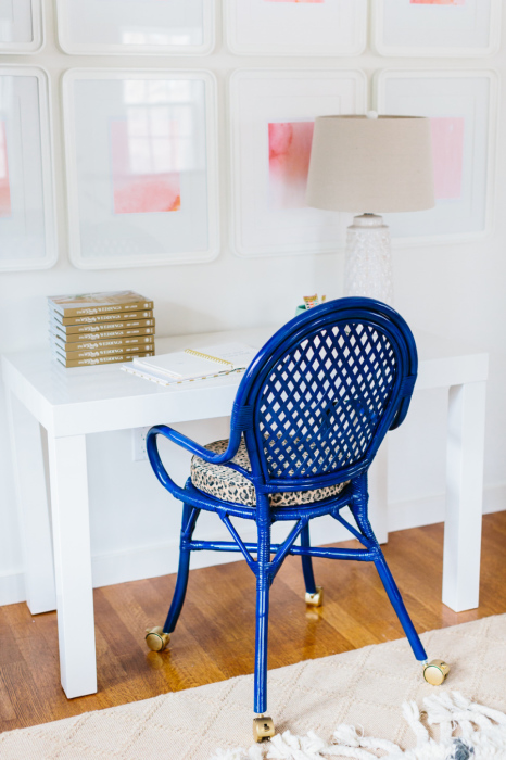Старый металлический стул, обтянутый синей электроизоляционной лентой.