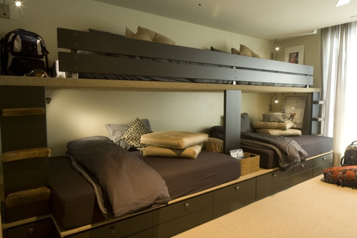 Двухъярусные кровати из натурального дерева для четверых.
