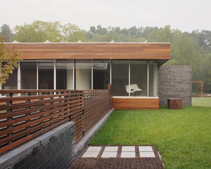 Широкодоступный и относительно недорогой панельный забор, который создаст приятное впечатление.