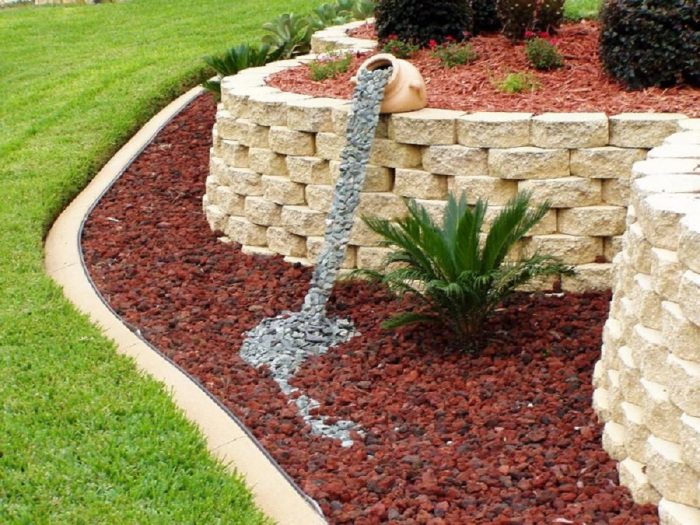 Декоративный водопад из камней - оригинальное дополнение к интерьеру сада.