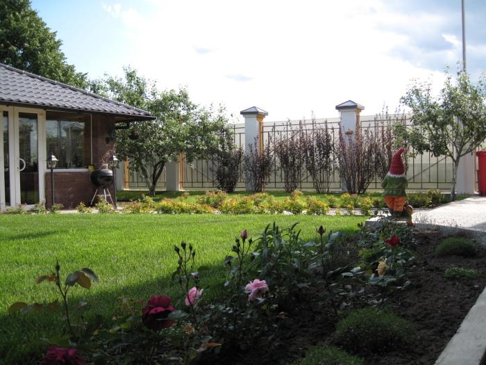 Простота - необходимое и важное условие, которое стоит учитывать при оформлении садового участка.