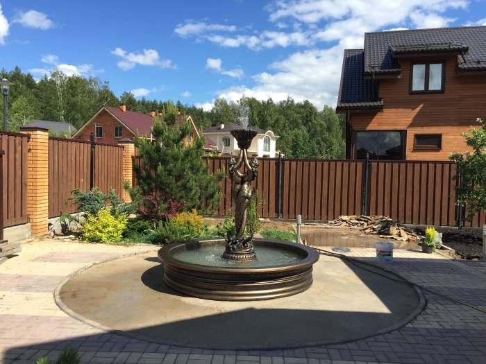 Скульптура в морском стиле - отличная идея для металлического фонтана на дачном участке, которая привлечет к себе внимание.