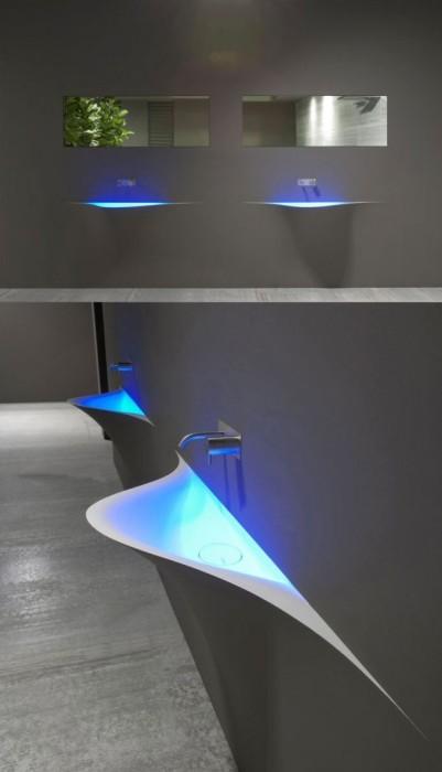 Раковина с подсветкой в стиле, который не скрывает значимых функциональных деталей интерьера.