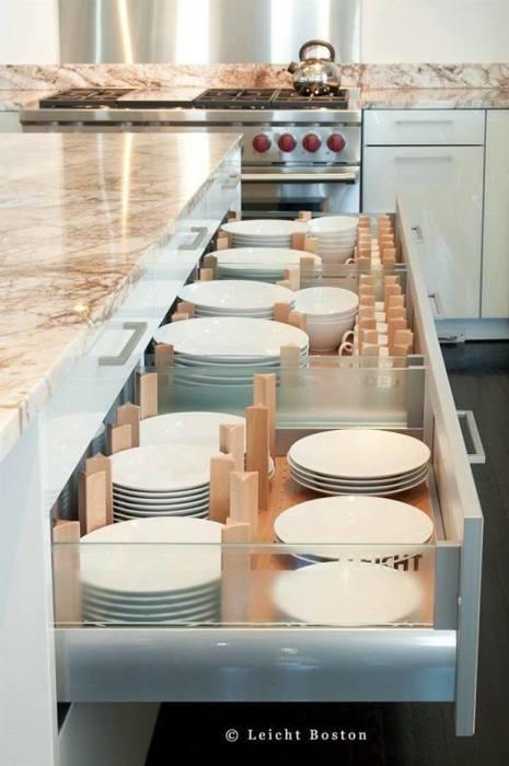 Такой ящик с двумя секциями позволит правильно распределить посуду.