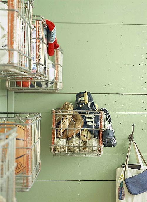 Металлические корзинки для хранения различных спортивных аксессуаров.