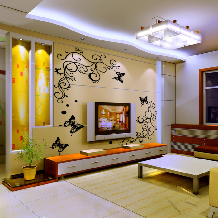 Небольшая гостиная комната с фантастическими обоями, которые украшены птицами.