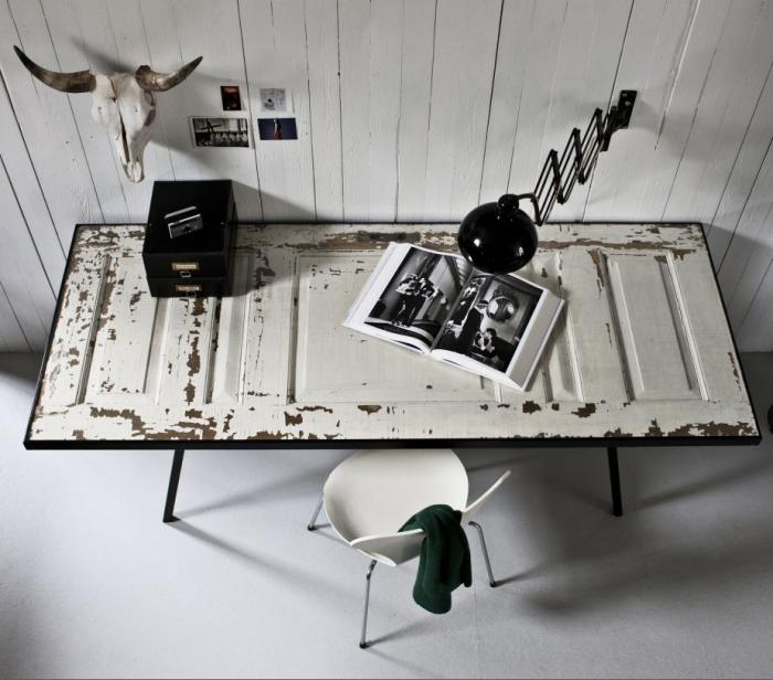 Деревянный стол, созданный из старой двери, станет отличным решением для любого современного интерьера.