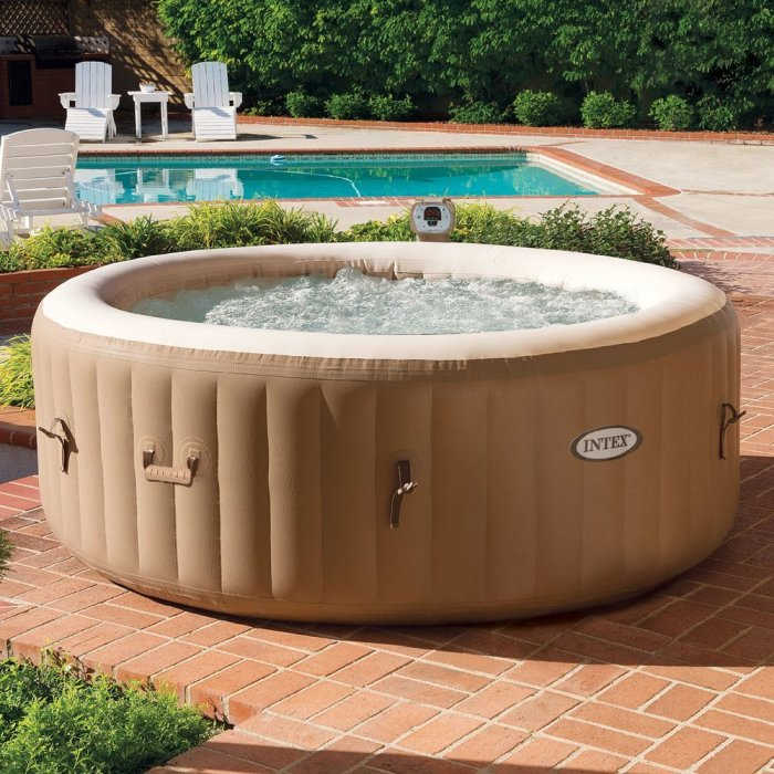 Переносной гидромассажный спа-бассейн, в котором можно отдохнуть и насладиться теплыми лучами солнца.
