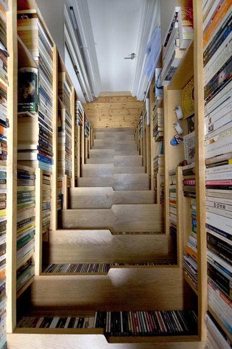 Многофункциональная лестница, в которой найдется место для собственной библиотеки.